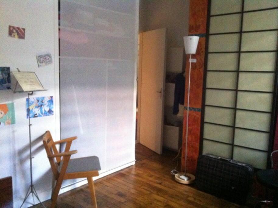 Entrée de la chambre avec deux grandes armoires.