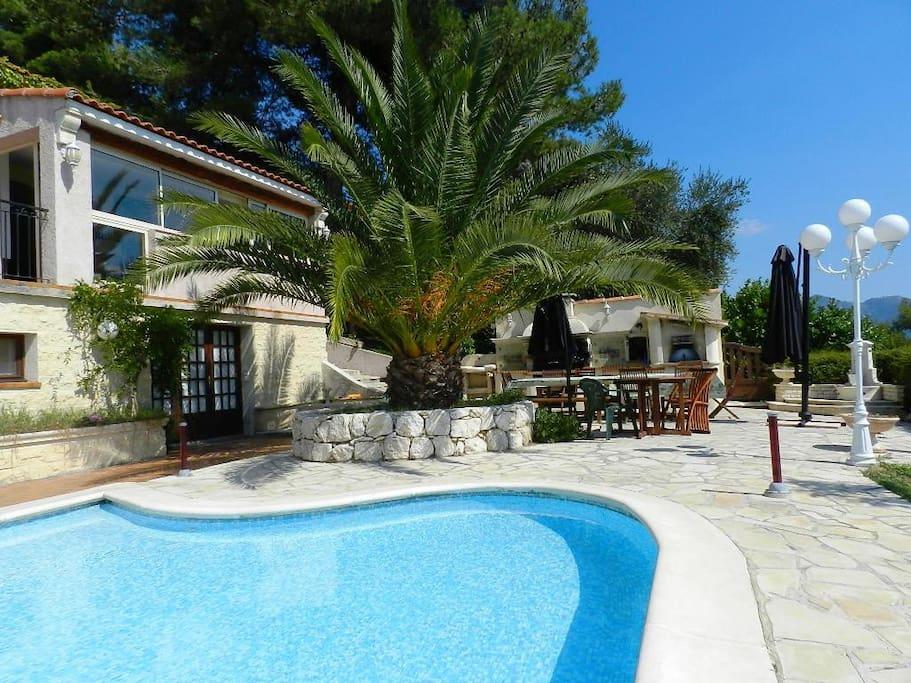 un grand petit bassin avec plage immergée, idéal pour les enfants en bas age.