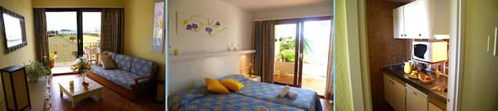 apartamento con un dormitorio con vista al mar