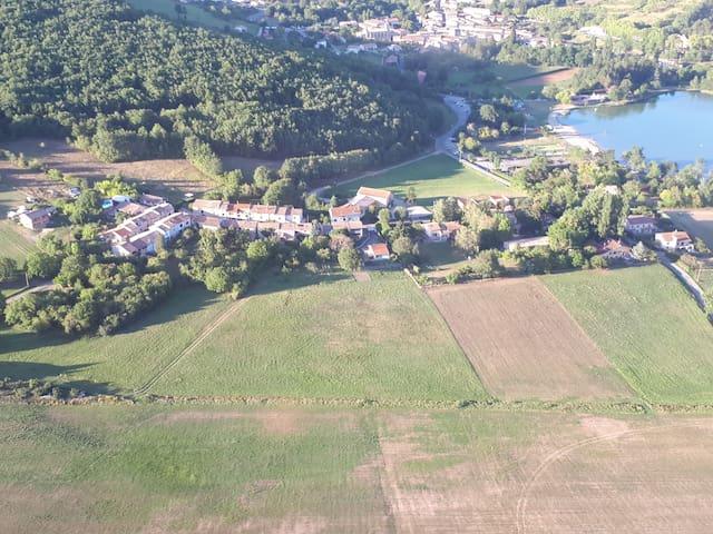 Vue du ciel du hameau, du lac et de la plage (et en fond le village de Puivert)