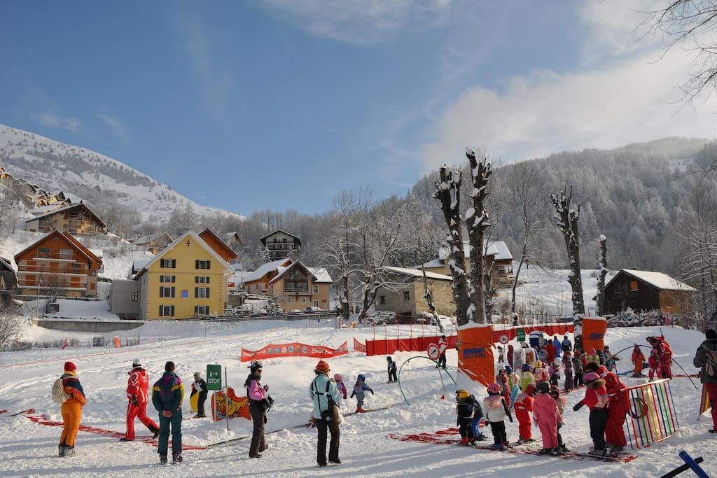 Chalet skis aux pied, au centre de la station