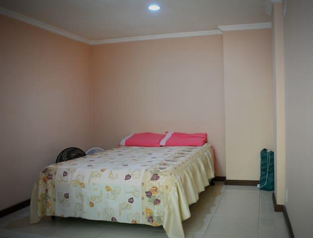 Quarto 1 com cama de casal dois ventiladores e colchonete!