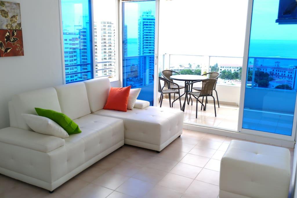 Sala y balcón con vista de lujo // Living room and balcony with spectacular view