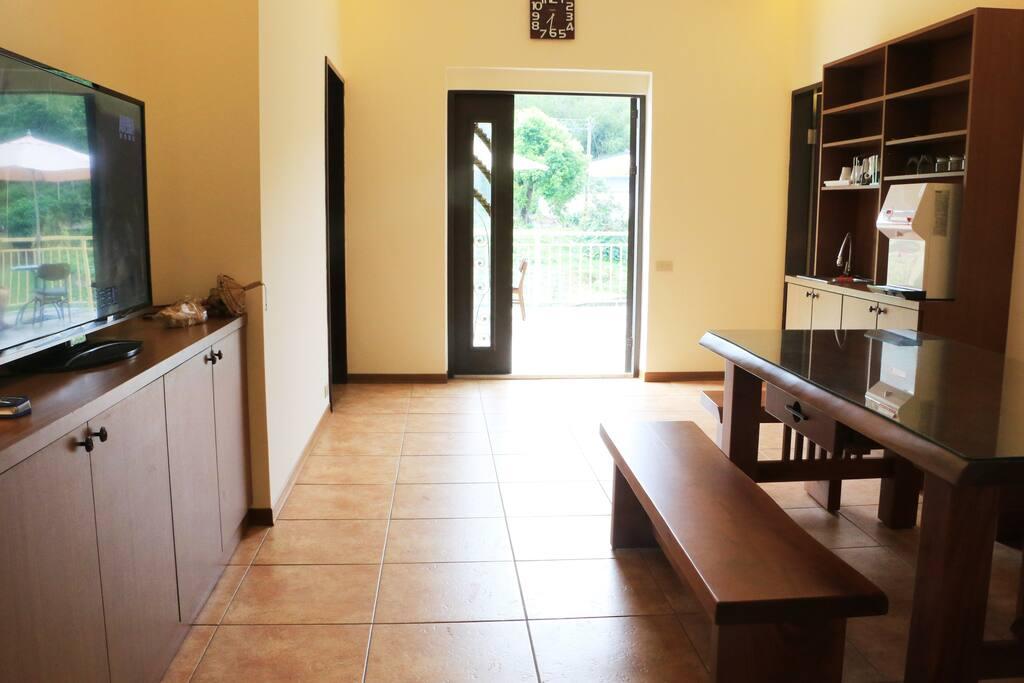 這是大家共用的客廳,有流理臺及飲水機,可以在這邊泡茶聊天喔。