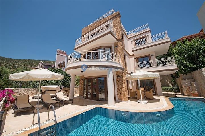 Muhteşem deniz manzaralı 8 kişilik kiralık villa