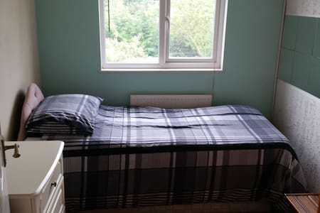 Clean, tidy room in peaceful area - Wickford