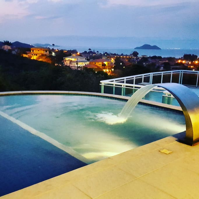 Piscina com a vista do entardecer.