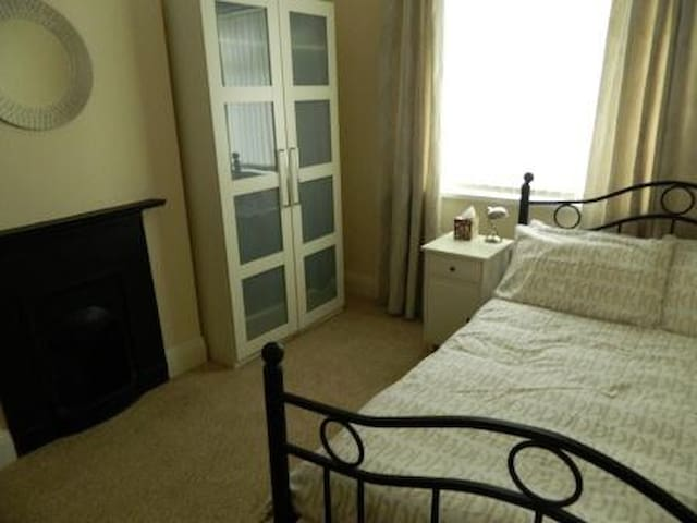 Double room in ideal location - East Boldon - Bungalow
