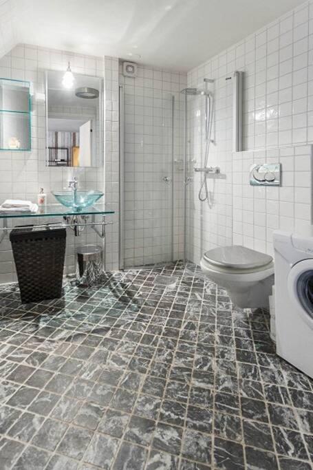Bathroom with washing machine and tumble dryer/ Baderom med vaskemaskin og tørketrommel / Bad mit Waschmaschine und Trockner
