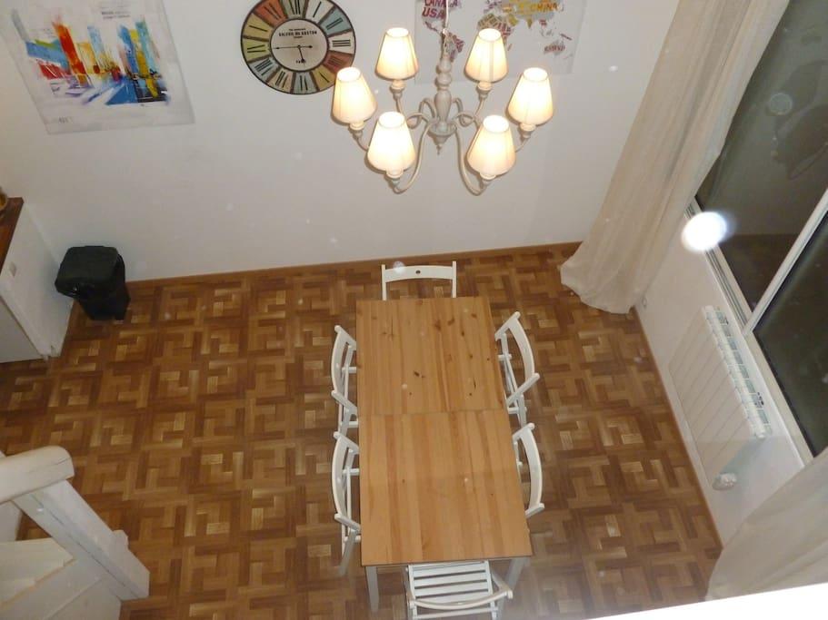 La salle à Manger bénéficie d'un très haut plafond