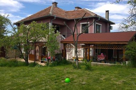 Very big house+parking, 13 km. from Veliko Tarnovo