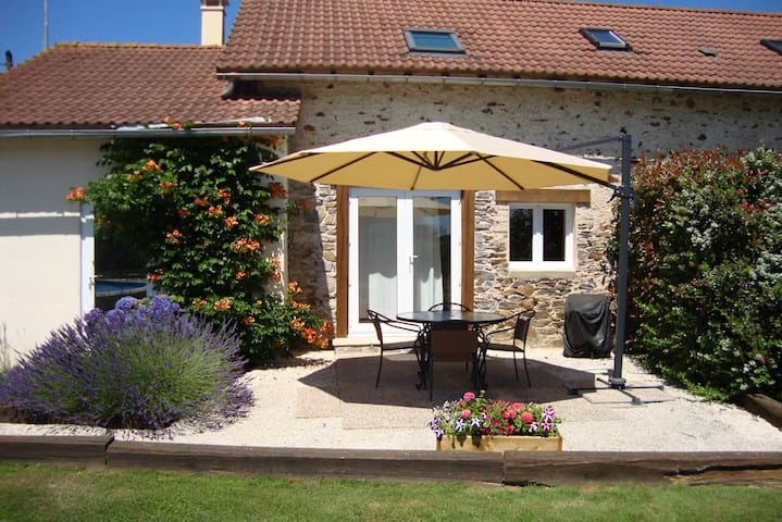 Traditional farm building with pool - Saint-Pardoux-Corbier - Haus