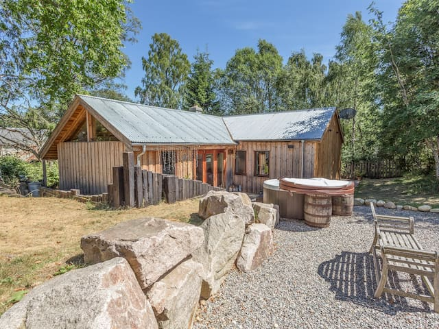 SUIDHE COTTAGE, pet friendly, with hot tub in Kincraig, Ref 17310