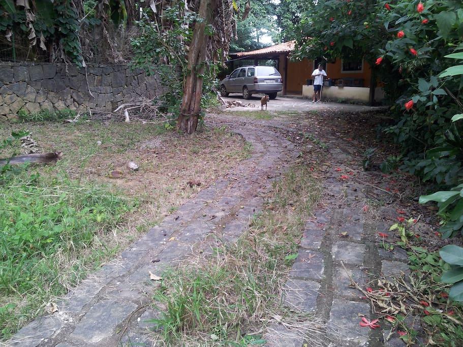 Entrada: à esquerda, um coqueiro, acerola, pitanga e limoeiro. A frente um pé de Araçá e muito espaço para brincadeiras... Ideal para crianças brincarem e também para estacionar o carro.