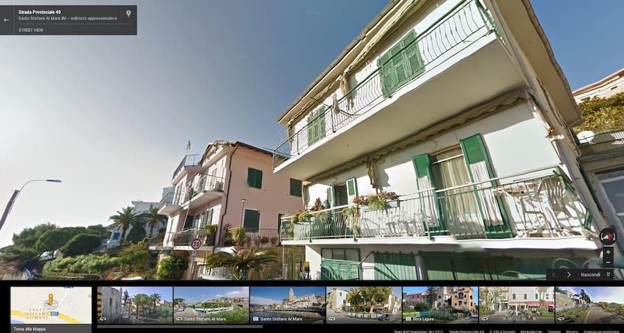 L'appartamento è al secondo piano della palazzina sulla destra, seconda finestra (Google streetview)