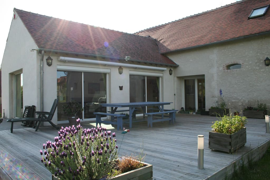 grande terrasse avec barnum pour partager un barbecue