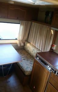 kl. kompakter Wohnwagen Adria 330 - Camper/RV