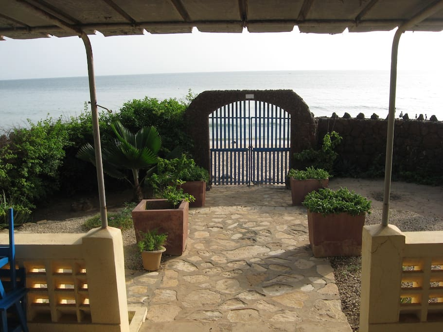 Terrasse acces plage, jardinet et transat