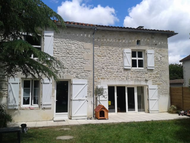 Pleasant  Charentaise Property - Beaulieu-sur-Sonnette - Hus