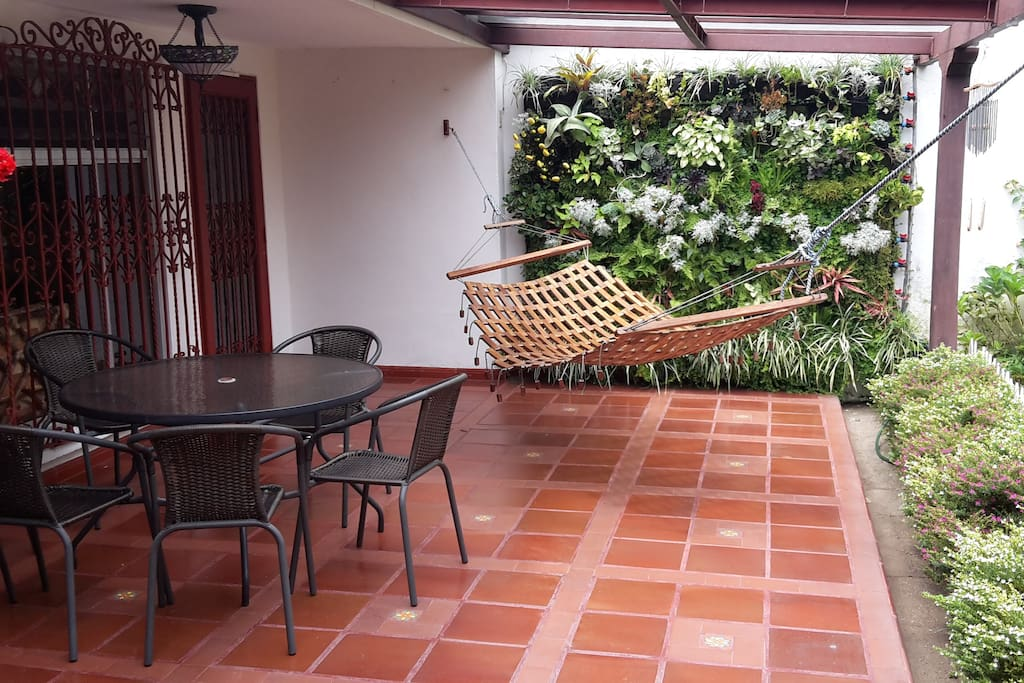 """Jardín trasero, lugar tranquilo donde la propietaria """"hace su arte"""""""