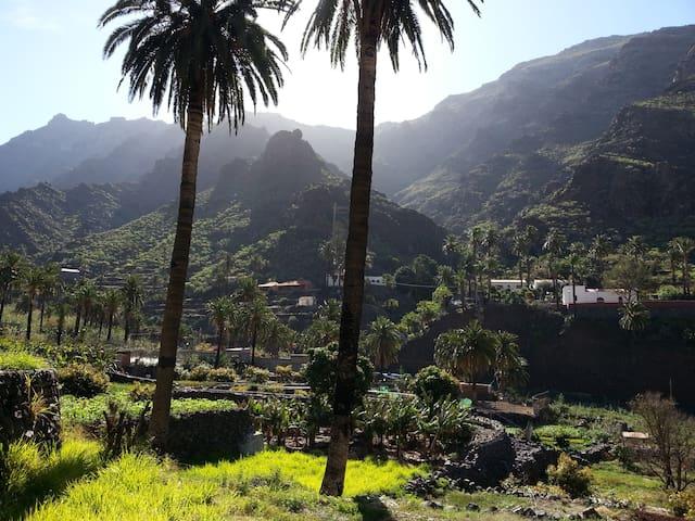 ...es ist das klitzekleine zwischen den Palmen, rechts die Ermita Los Reyes