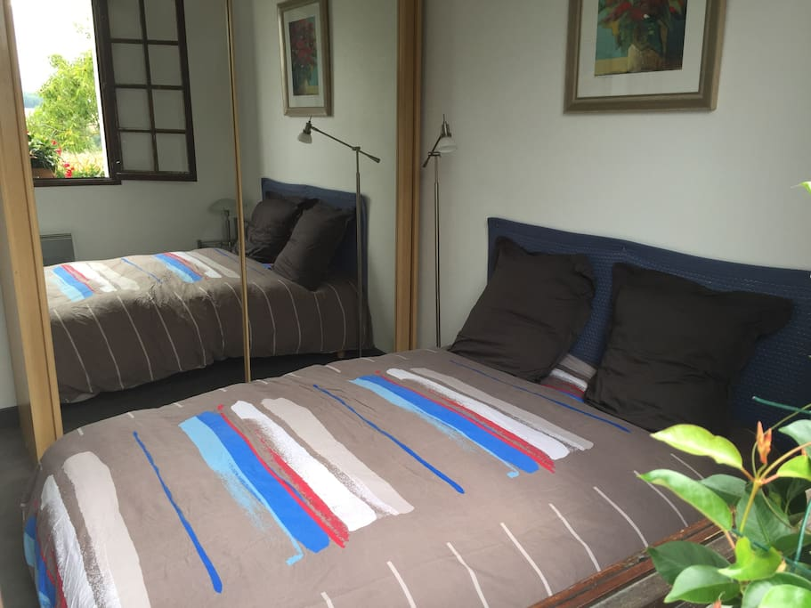 La chambre viens d'être refaite.  Peinture neuve, sol neuf.  Matelas confortable et 2 bons oreillers.  Placard ou tout un coter est réservé aux invités. Cintres fournis.