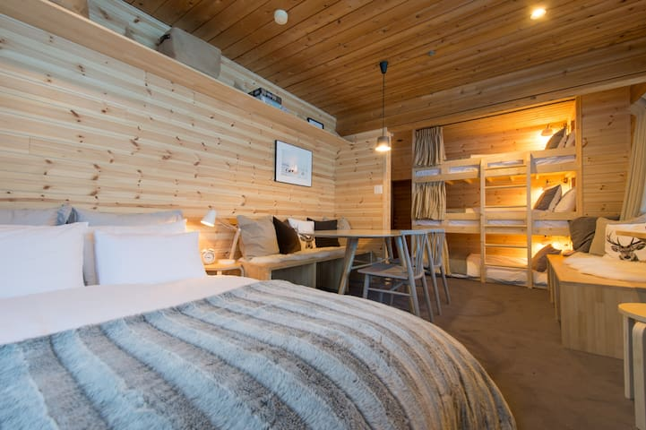 Moiwa Lodge - private 5 bed Family Room with ensuite at the base of mountain - 100m from ski lifts