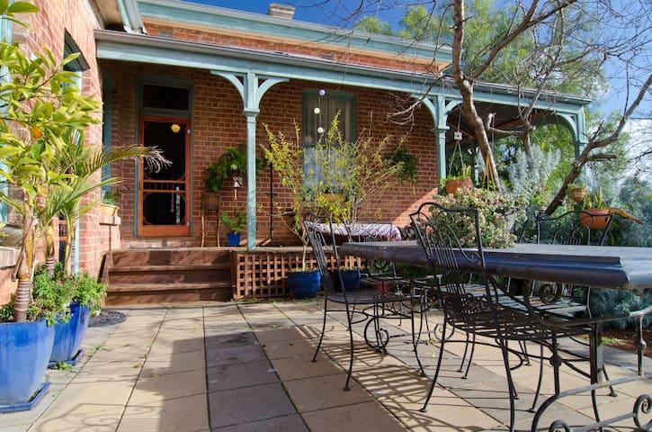 Vine Hill Villa - Farm Stay BnB  - Axe Creek - Casa