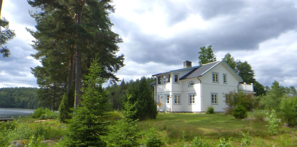 Beautiful house with private access to lake