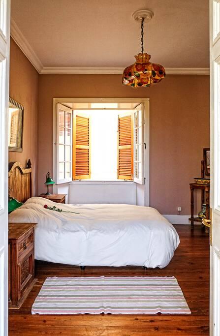 Habitación doble con cama de matrimonio (vista lateral cama)