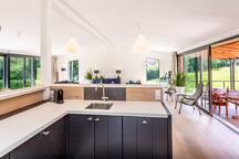 Keuken incl combi oven, afwasmachine, koelkast, snelkoker en koffiezet apparaten (nespresso & filter).