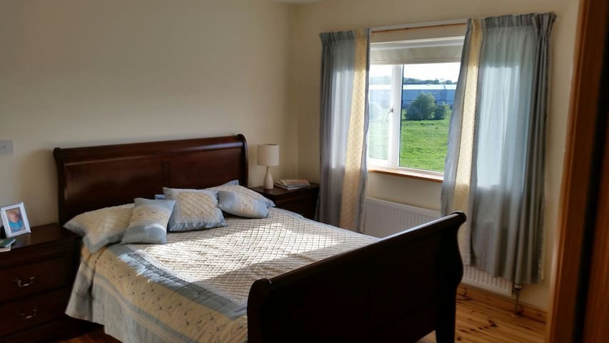 Clean comfy cosy home with parking - Tuam - Huis