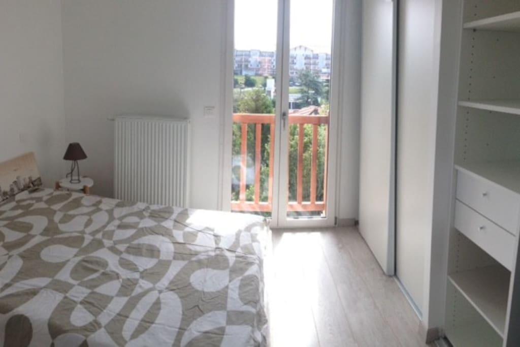 chambre 1 avec vue sur la verdure orientée Est