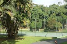2 quadras de tênis no condomínio