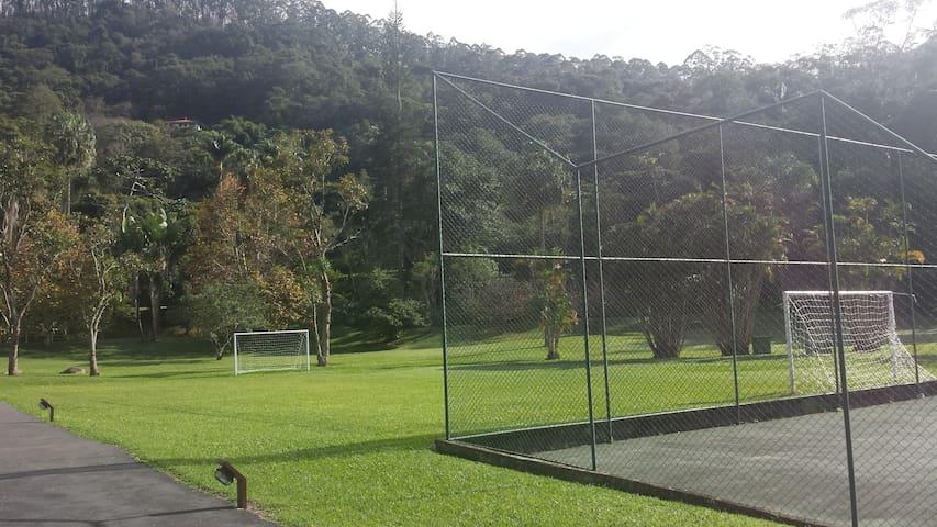 Campinho de futebol no condomínio