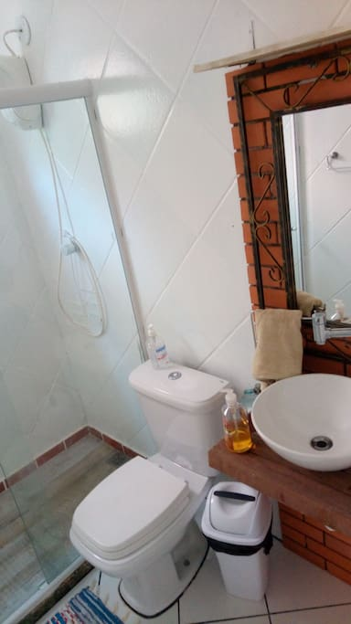 Banheiro em frente ao quarto.