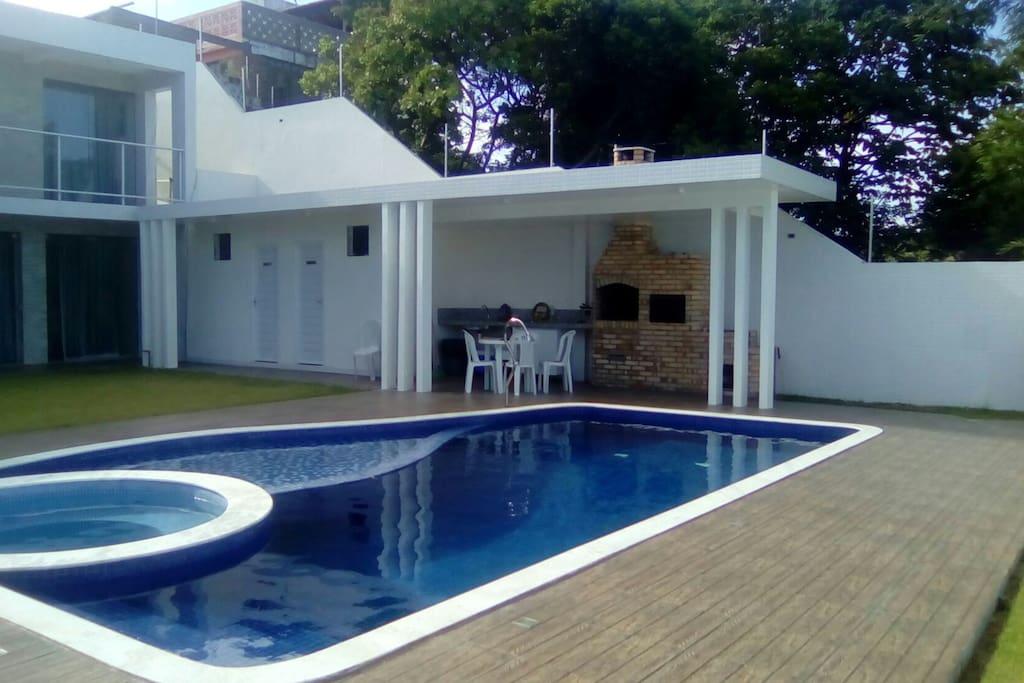 Área da piscina e gastronomia