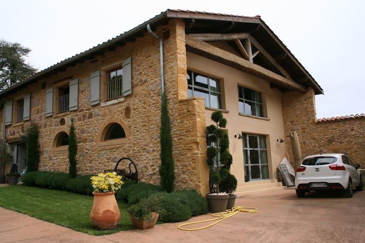 Maison en pierres dorées en beaujolais - ティゼ