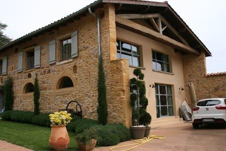 Maison en pierres dorées beaujolais - House