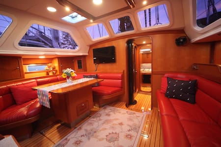 Room type: Private room Bed type: Real Bed Property type: Boat Accommodates: 2 Bedrooms: 1 Bathrooms: 1