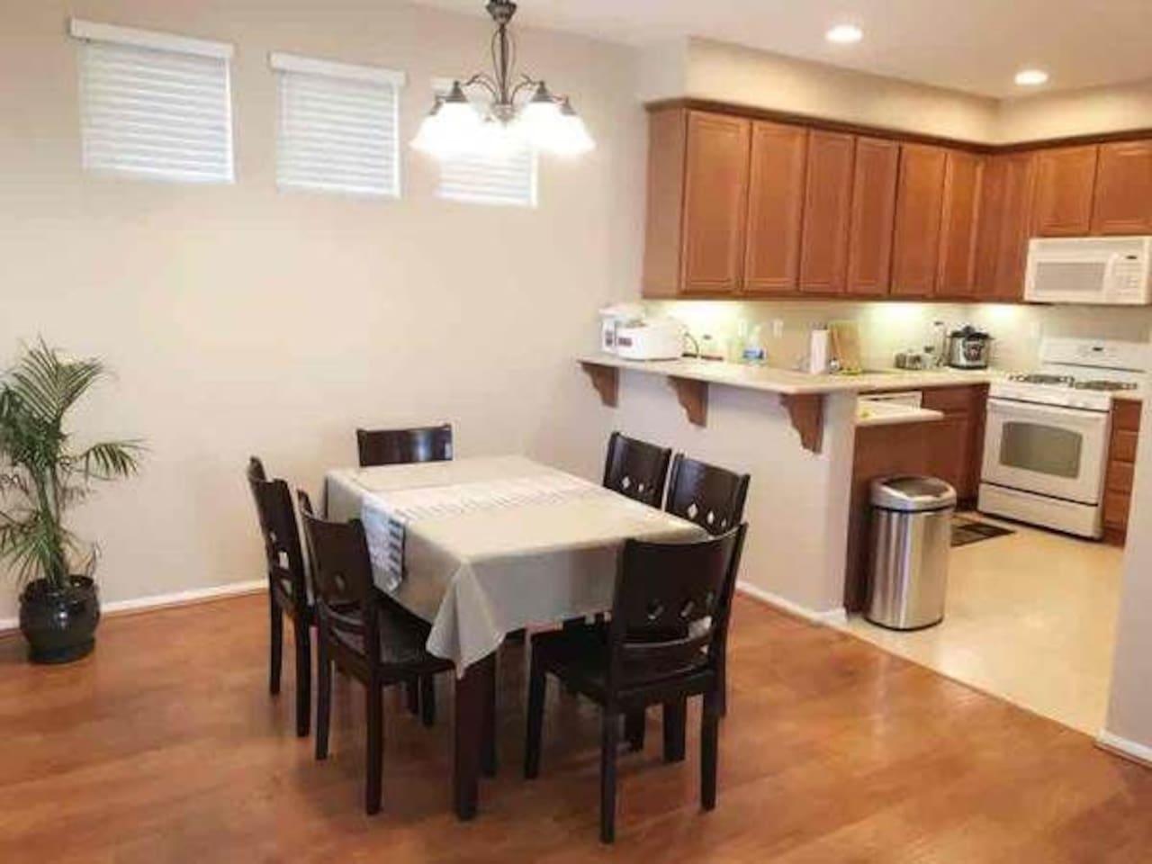 餐桌能同时六人用餐。厨房配有微波炉,电饭煲,压力锅,净化饮用水,烤炉,超大电冰箱.电热水壶.