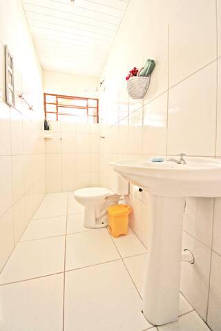 Banheiro compartilhado.