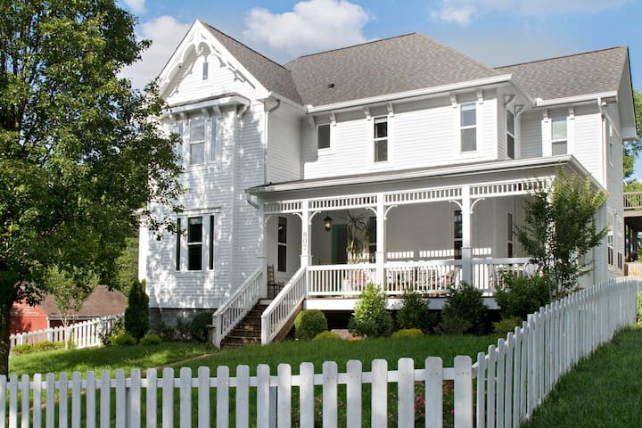 The Nashville Farmhouse-Hot Location-5 min dwntwn