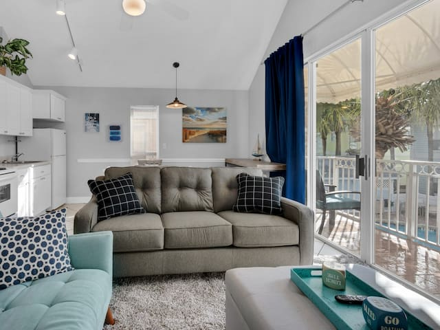 Bright, updated cottage, Steps to the gulf, Close to restaurants