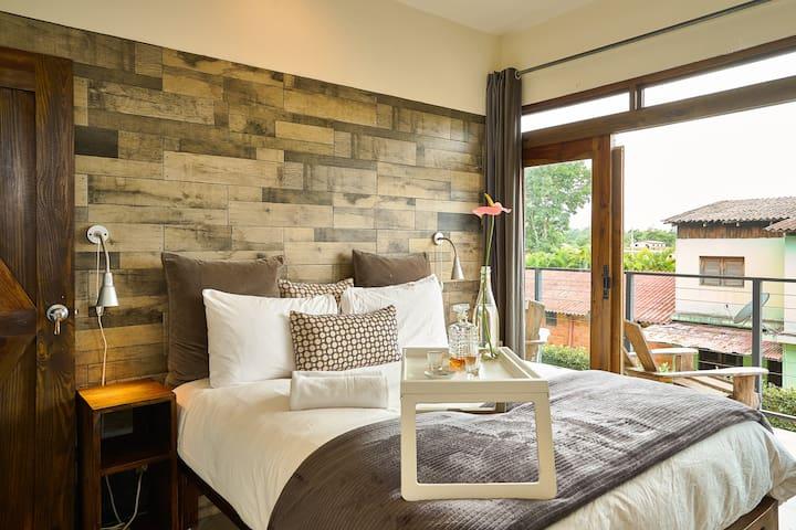 Queen Room w/Spa-Inspired Bath & Balcony