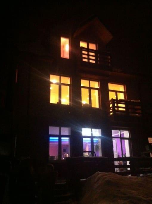 Дом с вечерней подсветкой