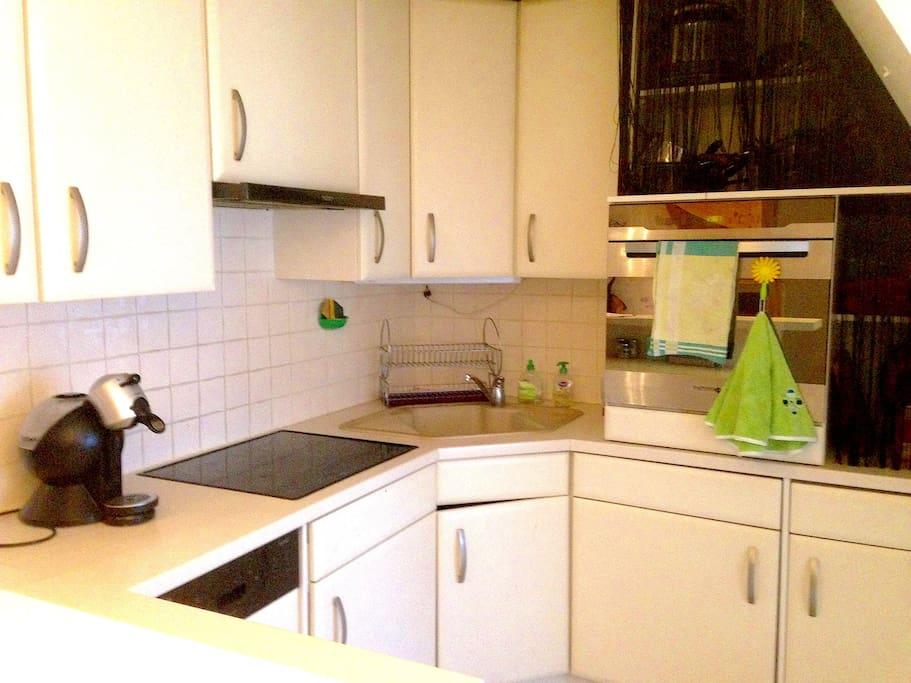 Cuisine tout équipée : machine à laver, sèche linge, lave vaisselle, four, plaque de cuisson, machine expresso.