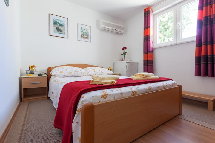 Sweet little Room  with  double bed    140  X  200 , air conditioner,  fridge, , Wifi, TV....