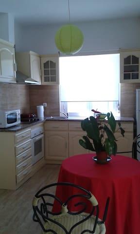 Twin room for two female near Belem in Lisbon - Cruz Quebrada - Appartement