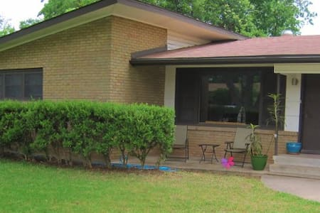 Spacious Mid-century Bungalow - Austin - House